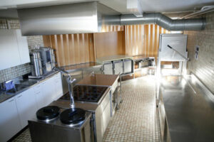 Küche mit Durchreiche zu grossem Saal